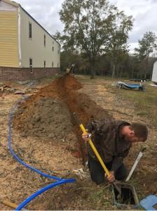 义工帮助安装水管