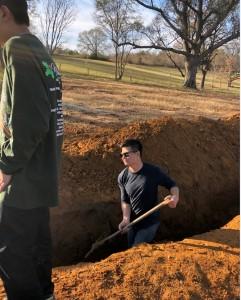 弟兄们在挖沟
